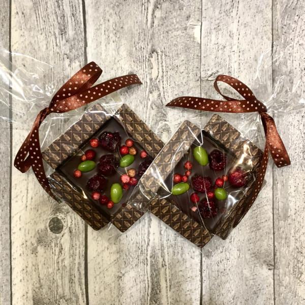 Шоколад темный с украшением ФИСТАШКА и ВИШНЯ